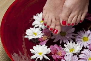 Stopy w misce z kwiatami