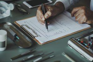 Lekarz wypełnia kartę zdrowia