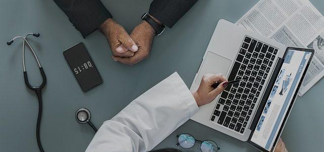 Pacjent podczas wizyty u lekarza