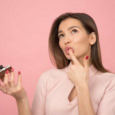 Kobieta smakująca słodkie ciastko
