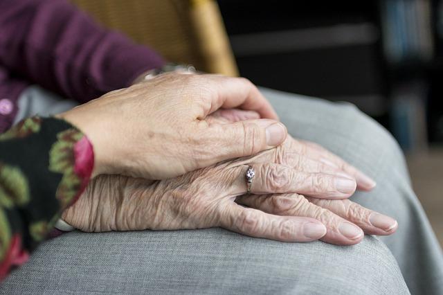 Ręce osoby starszej