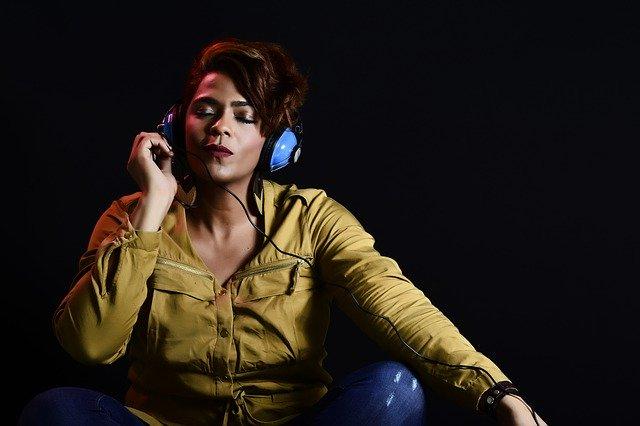 Dziewczyna słuchająca muzyki