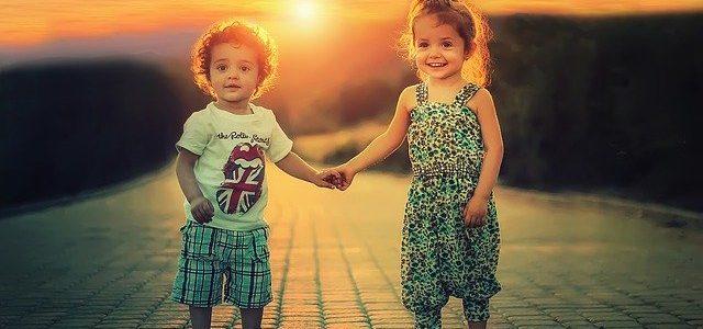 Brat i siostra trzymają się za ręce