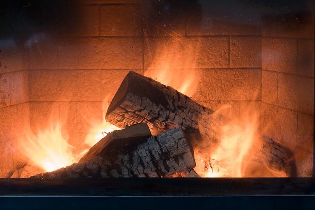 Palące się w kominku drewno