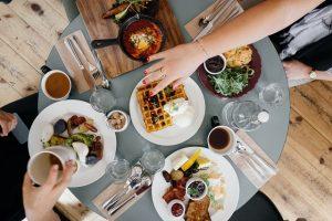 Stół z jedzeniem