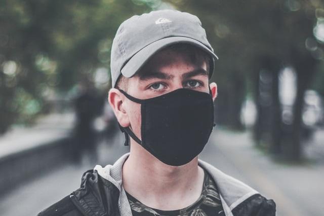 Mężczyzna w masce na twarzy