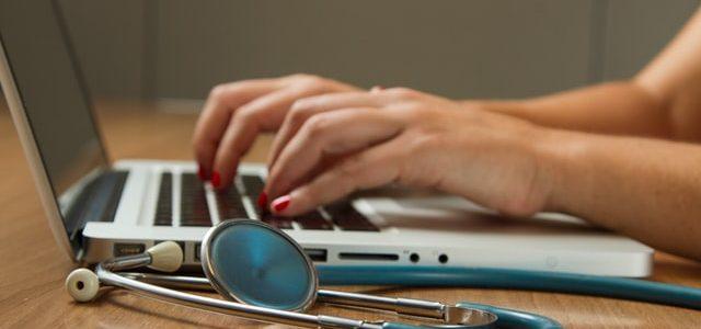 Stetoskop leżący obok laptopa