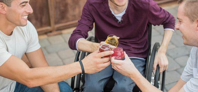 Niepełnosprawny męzczyzna na wózku